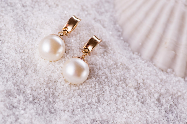 golden-earrings-sea-shell_85869-4074