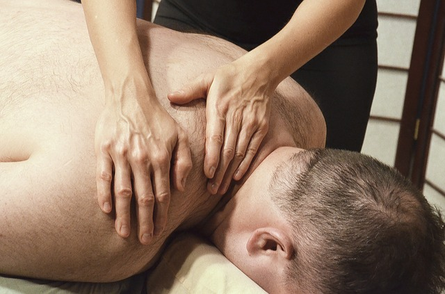 masáž chrbta, muž leží na masérskej posteli.jpg