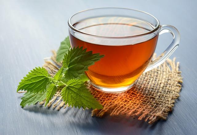 Žihľavový čaj v sklenenej šálke a čerstvá žihľava.jpg