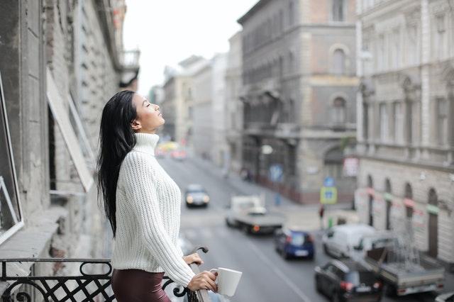 žena na malom balkóne